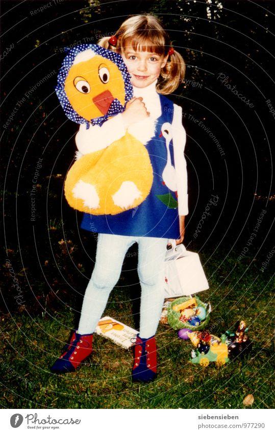 Riesen Küken Mensch feminin Kind Kleid Zopf Kücken Stofftiere Lächeln stehen leuchten außergewöhnlich Freundlichkeit Fröhlichkeit frisch Gesundheit schön Kitsch
