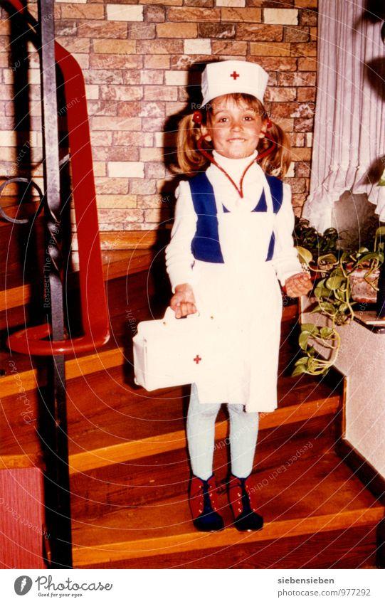 Wer will mein Patient sein? Kind Krankenschwester Krankenhaus Stethoskop feminin Mädchen Kindheit Körper 1 Mensch 3-8 Jahre Tasche Hausschuhe Zopf Arztkoffer