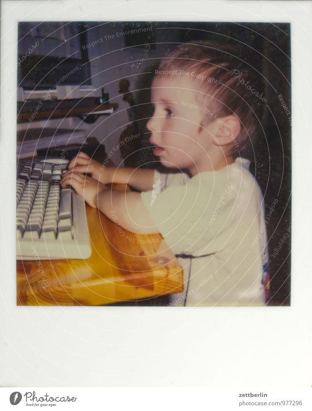 Digital native alt Sammlung Fotografie Kunstgalerie Polaroid Computer Kind Kleinkind Büro Spielen Computerspiel digital digital native Tastatur Kopf Tisch