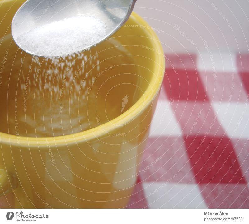 Ein bisschen Zucker? weiß rot gelb trinken heiß Tee Tasse kariert Decke Zucker Löffel rühren