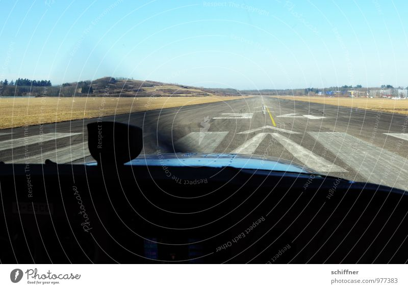 Wer wird den gleich abheben? blau Luftverkehr Flugzeug Flugangst Flugzeugstart Flugzeuglandung Flughafen Fluggerät Propeller Landebahn Zebrastreifen Flugplatz