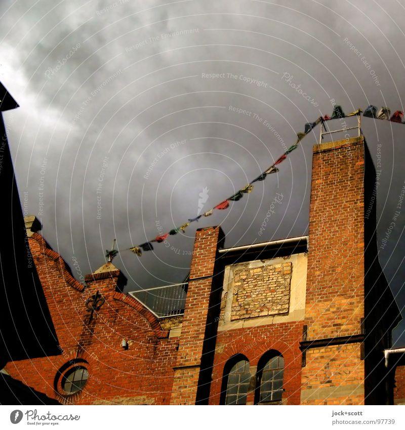 Heimatwimpel Himmel ruhig Wolken schwarz Fenster Wärme Gebäude grau Zeit Fassade träumen Wind Dach Romantik Hoffnung Neugier