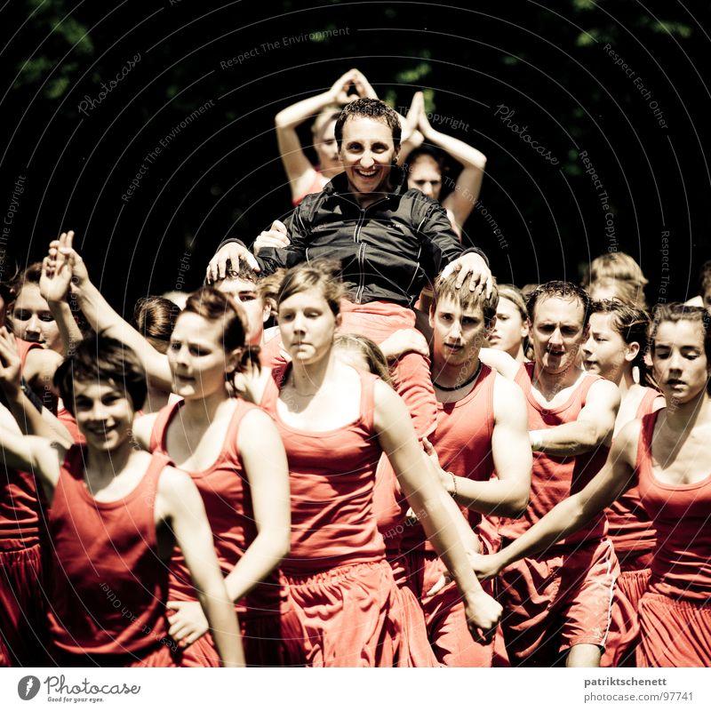 Triumph und Verehrung Frau Mann rot Freude schwarz lachen Menschengruppe Erfolg Leidenschaft tragen heben Turner