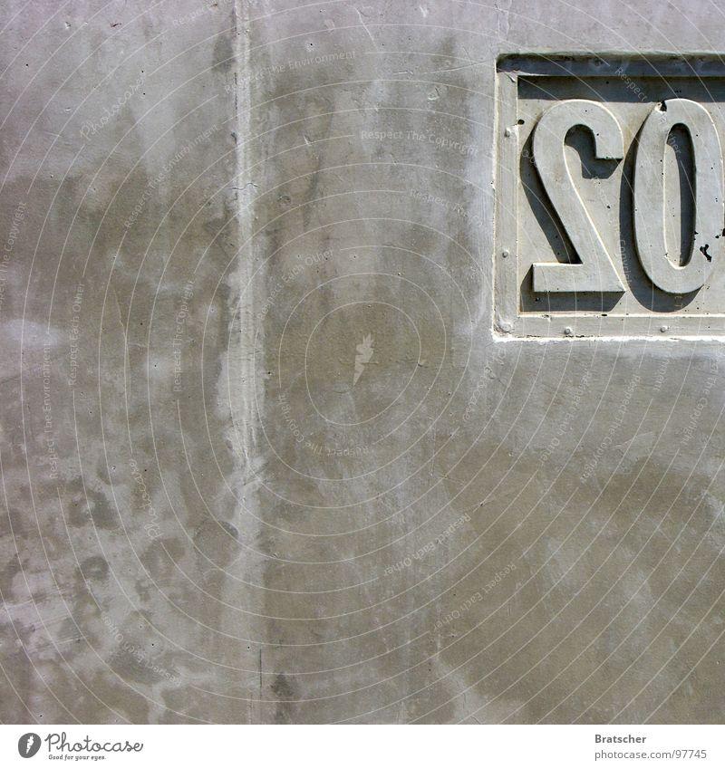 Spiegel im Spiegel (A. Paert) Wand grau Stein Beton Ziffern & Zahlen Klavier Spiegelbild 20 Untergrund Mineralien Betonwand