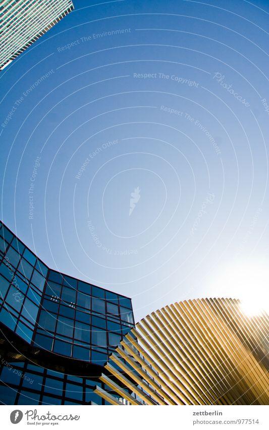 Protz am Bau Himmel Stadt Haus Gebäude Metall Fassade Business Glas Hochhaus hoch Textfreiraum Wolkenloser Himmel Skyline Stahl Frankfurt am Main blenden
