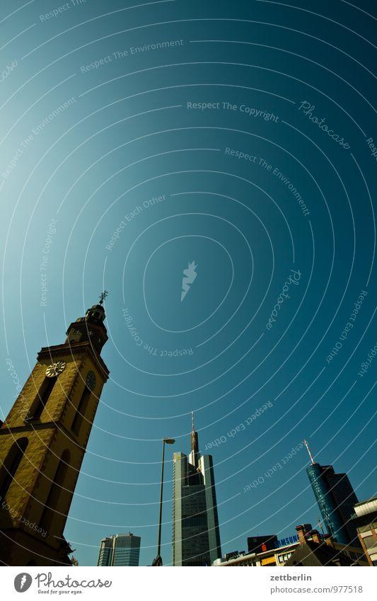 FFM ohne Staub Bankgebäude Geldinstitut Business Fassade Frankfurt am Main Glasfassade Stadt Haus Hochhaus Perspektive Skyline steil Stadtleben Himmel Sommer