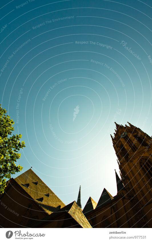Kirche Frankfurt am Main Stadt Perspektive Skyline steil Stadtleben Religion & Glaube Kirchturm Dach Dachboden Luke Himmel Himmel (Jenseits) Textfreiraum