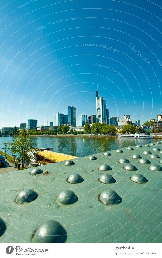 Frankfurt am Main Himmel Stadt Sommer Haus Horizont Fassade Stadtleben Business Hochhaus Perspektive Textfreiraum Brücke Fluss Geldinstitut