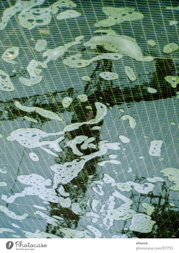 versunken im kran 2 Wasser blau schwarz grau Industrie Teich Kran Schaum Gitter Illusion