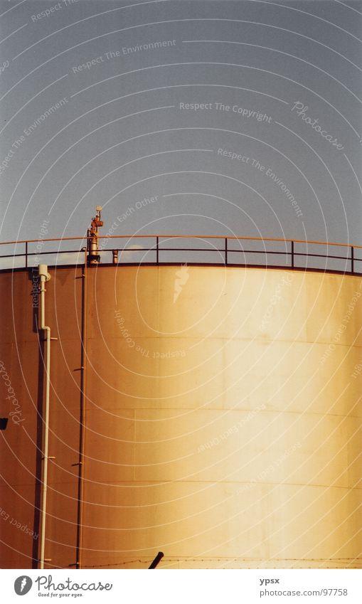 Silo in Newcastle, Australien Farbfoto gelb Streifen Geometrie Industrie hochkant gold Himmel Geländer