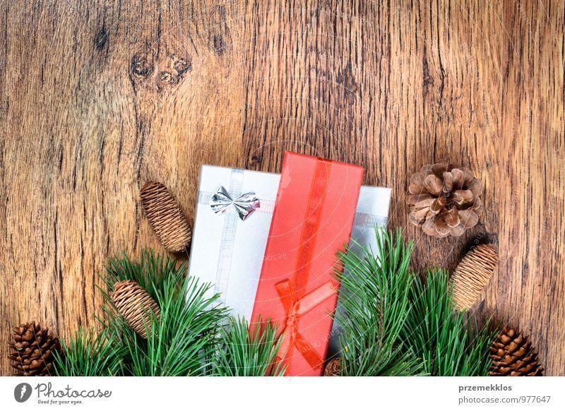 grün rot natürlich Hintergrundbild Holz Feste & Feiern Dekoration & Verzierung Textfreiraum authentisch Geschenk Jahreszeiten Zweig Tradition altehrwürdig