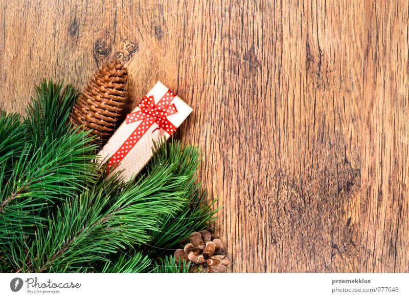 grün natürlich Hintergrundbild Holz Feste & Feiern Dekoration & Verzierung Textfreiraum authentisch Geschenk Jahreszeiten Zweig Tradition altehrwürdig Kiefer horizontal rustikal