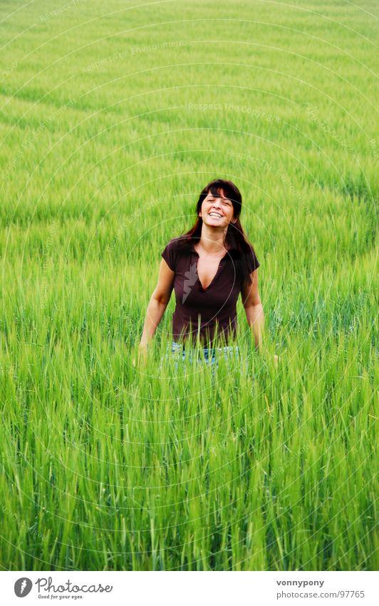 Getreidedieb Frau grün Sommer Ferien & Urlaub & Reisen Wiese Glück lachen Wärme braun Feld Wachstum Physik Bauernhof Korn Bioprodukte