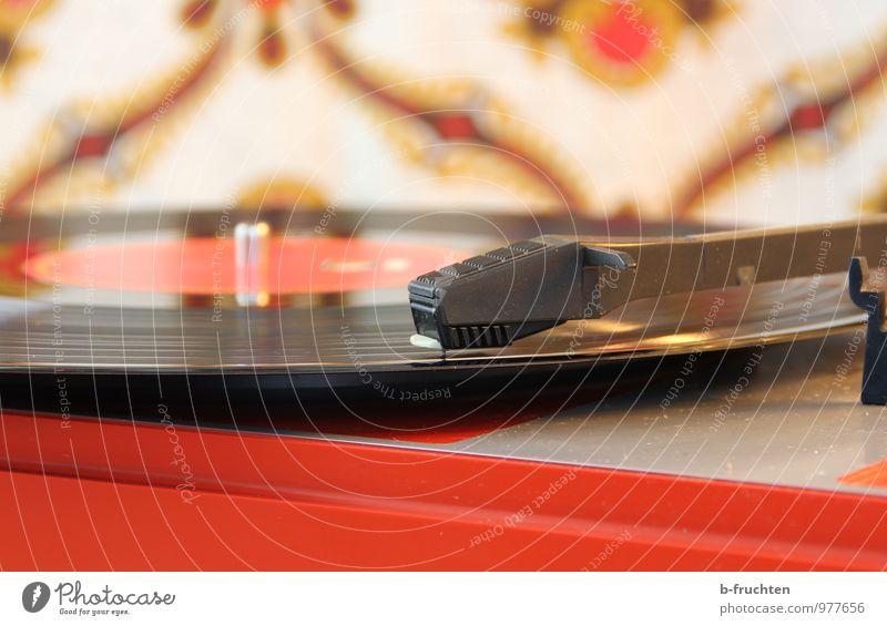 Musikscheibe Wohnzimmer Musik hören Schallplatte retro Erotik Freude Fröhlichkeit Plattenspieler Tapete Muster Farbfoto Innenaufnahme Nahaufnahme Menschenleer