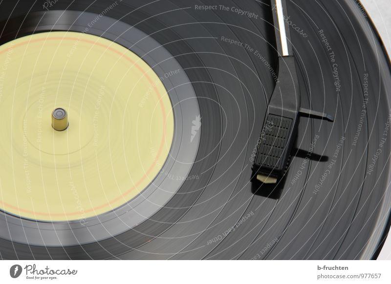 Sie dreht sich Musik Diskjockey Schallplatte Musik hören Plattenspieler retro Bewegungsunschärfe kreisen schwarz Innenaufnahme Tag