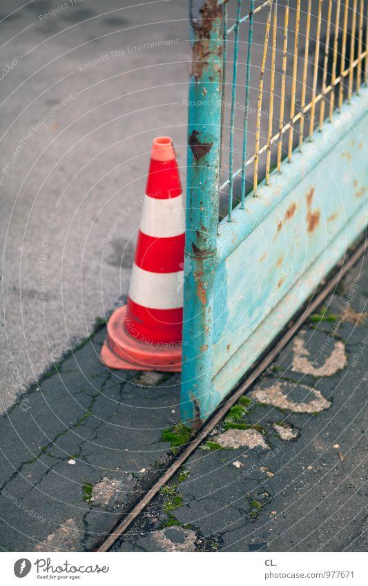 pylon Verkehr Verkehrsleitkegel Zaun Eingang Eingangstor grün orange Sicherheit Farbfoto Außenaufnahme Menschenleer Tag