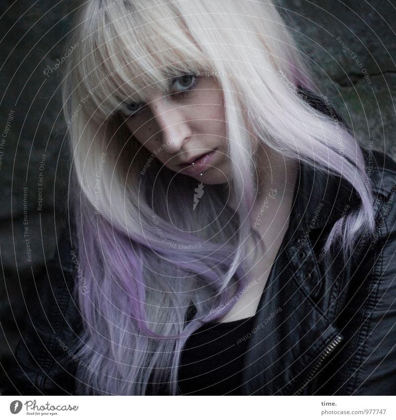 . Mensch Jugendliche schön Junge Frau dunkel feminin Denken Stimmung blond warten beobachten Gelassenheit Konzentration Jacke Wachsamkeit langhaarig