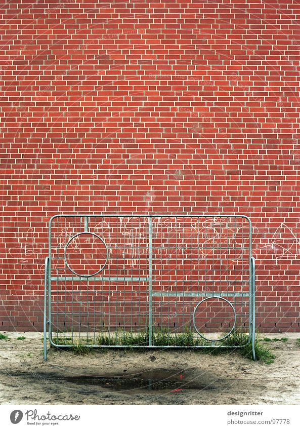 Das runde muss in das runde rot Mauer Fußball Backstein Pfütze Treffer Gitter Schulhof Ballsport schwierig