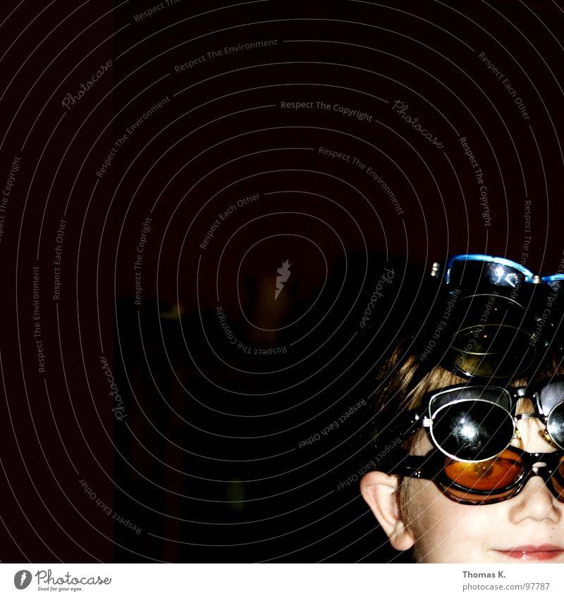 Sicher ist sicher Kind Junge lachen Brille Schutz Strahlung Sonnenbrille Humor unordentlich