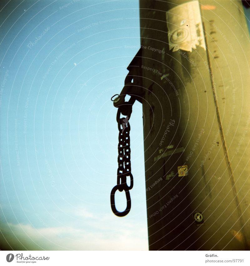 Lass uns schäke(l)rn Wasserfahrzeug schmieden festhalten Poller Kettenglied Etikett rund Wolken hoch Eisenkette Sehnsucht Fernweh Anlegestelle Hafen Lomografie