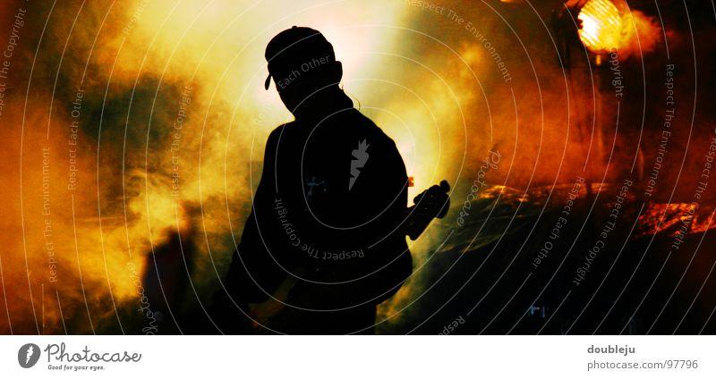schattenspiel live Bühne Popmusik Show Sänger Open Air Nebel rot gelb Nacht Konzert Musik Rockmusik Gitarre Farbe Schatten Silhouette