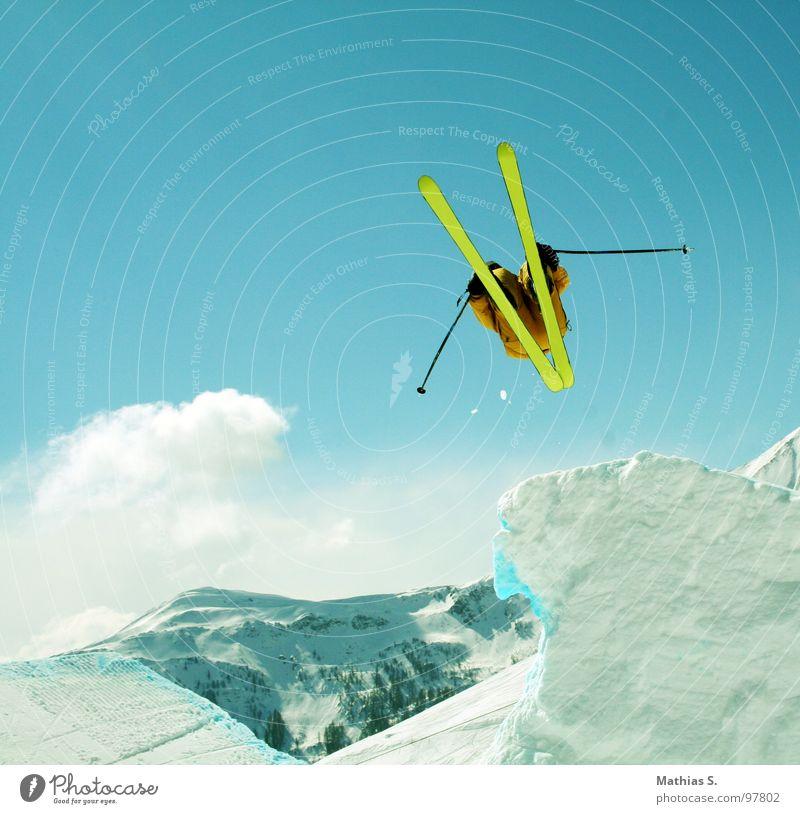 Let's ski Sonne Wolken Freude Berge u. Gebirge Schnee Stil Sport fliegen springen Freizeit & Hobby Luft hoch Schönes Wetter Alpen Schneebedeckte Gipfel Skifahren