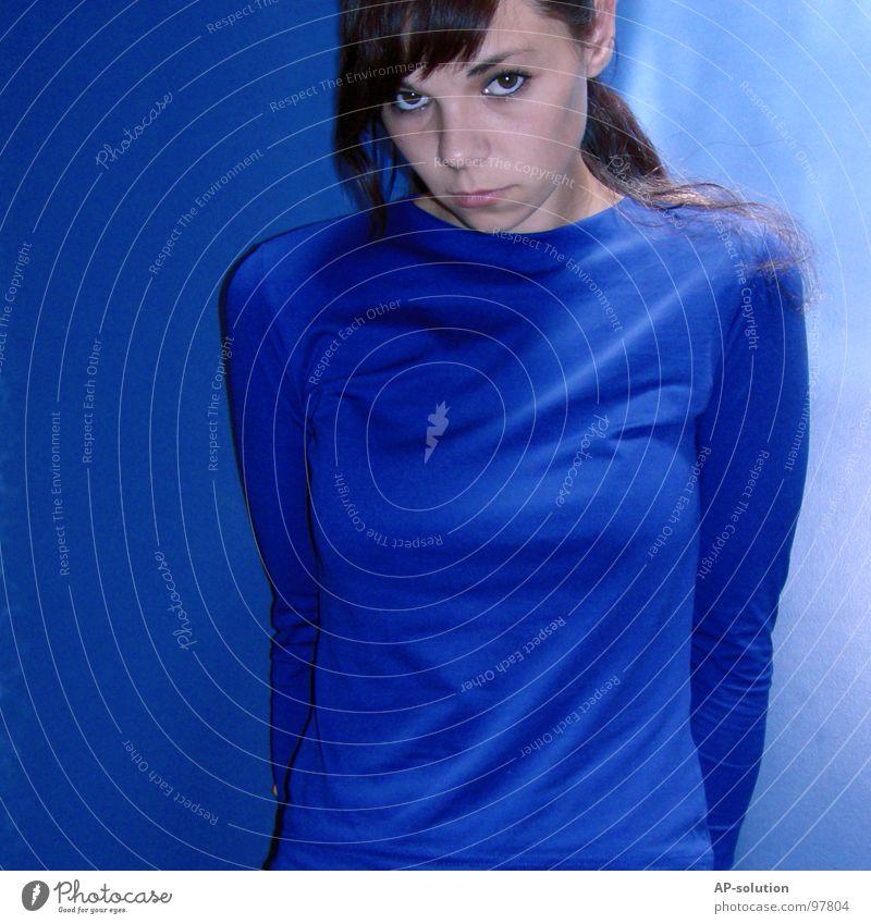 blue ² Frau Jugendliche blau Einsamkeit Farbe kalt feminin Gefühle Haare & Frisuren Traurigkeit Denken Trauer T-Shirt Dame Schminke Verzweiflung