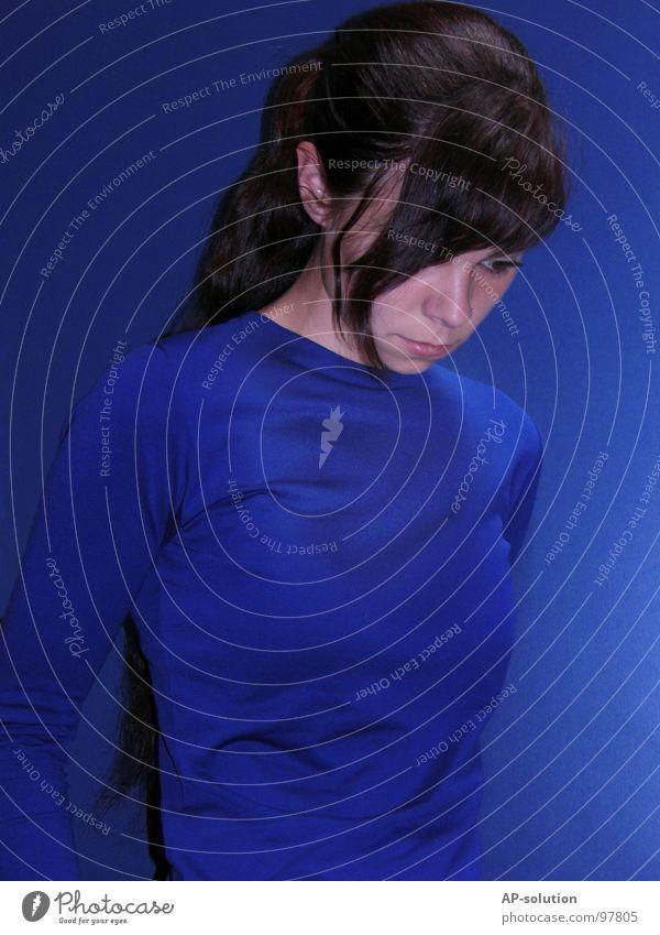 blue ² Porträt Blauton blau himmelblau Ton-in-Ton Frau Pubertät Jugendliche Gefühle Trauer Einsamkeit kalt Denken ernst Nervosität Haare & Frisuren Schminke