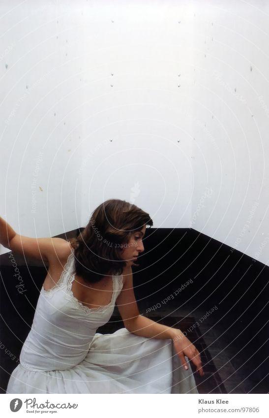 Emotion -I- Frau weiß Hand schön Auge Fenster Spielen Gefühle Bewegung Wege & Pfade Haare & Frisuren Traurigkeit Denken Lampe Zusammensein Raum