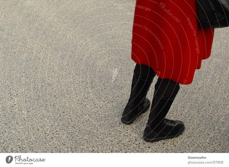 lady in red Frau rot schwarz Asphalt Dame Stiefel Mantel Handtasche