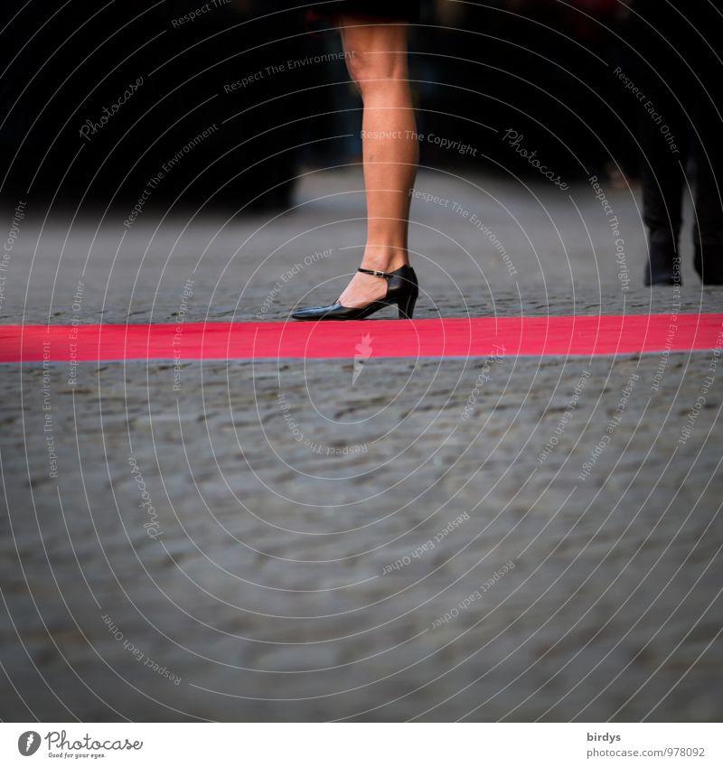 Erwartungshaltung Mensch Frau nackt rot Erotik schwarz Erwachsene Stil grau Beine Lifestyle elegant stehen 45-60 Jahre warten ästhetisch