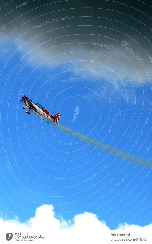 Wie ein Pfeil zieht sie vorbei... Himmel Wolken Sport dunkel Spielen Freiheit Flugzeug Wind fliegen gefährlich Flughafen Gewitter laut Flugplatz Kondensstreifen
