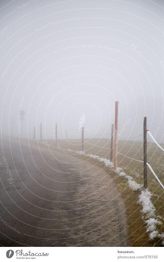 ins ungewisse. Ferne Winter dunkel Berge u. Gebirge Straße Wege & Pfade natürlich grau Linie gehen Angst Nebel Verkehr wandern Ausflug Hinweisschild