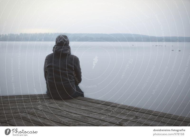Wintergedanken Mensch Himmel Natur blau Wasser Erholung Einsamkeit Landschaft Herbst Denken Zeit See Horizont träumen Eis