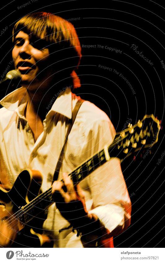 Vorband weiß gelb dunkel Spielen Stimmung Musik orange mehrere Kabel Show Schnur Konzert Rockmusik Gitarre Stiefel Mikrofon