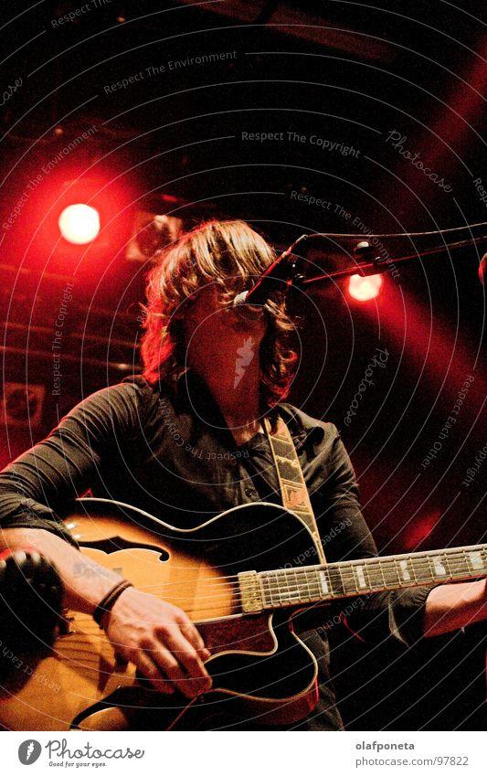 Blue Angel Lounge - Nils rot gelb dunkel Spielen Stimmung Musik orange mehrere Kabel Show Schnur Konzert Rockmusik Gitarre Stiefel Mikrofon