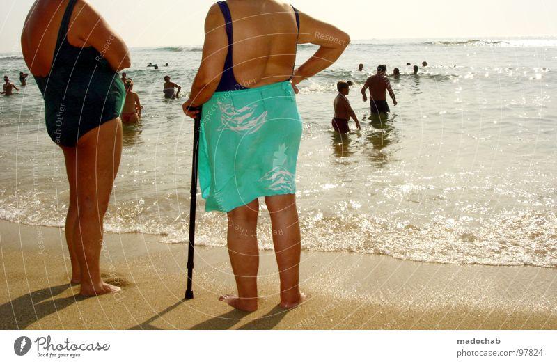 WO HAB ICH NUR MEINEN KOPF GELASSEN?! Mensch Frau Himmel Wasser Ferien & Urlaub & Reisen Sommer Sonne Meer Freude Strand Erholung sprechen Senior Sand Beine