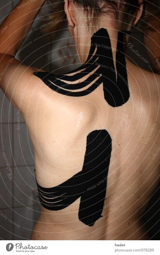 Rückenpflaster Mensch Jugendliche nackt Junge Frau Erwachsene feminin Gesundheit braun stehen 45-60 Jahre