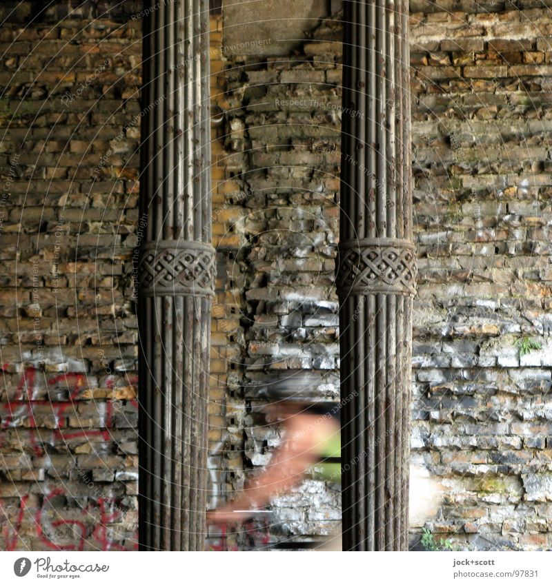 Hartungschen Säulen Mensch dunkel Wand Bewegung Mauer Zeit Metall modern Geschwindigkeit Fahrradfahren Kultur historisch Bauwerk Rost Backstein