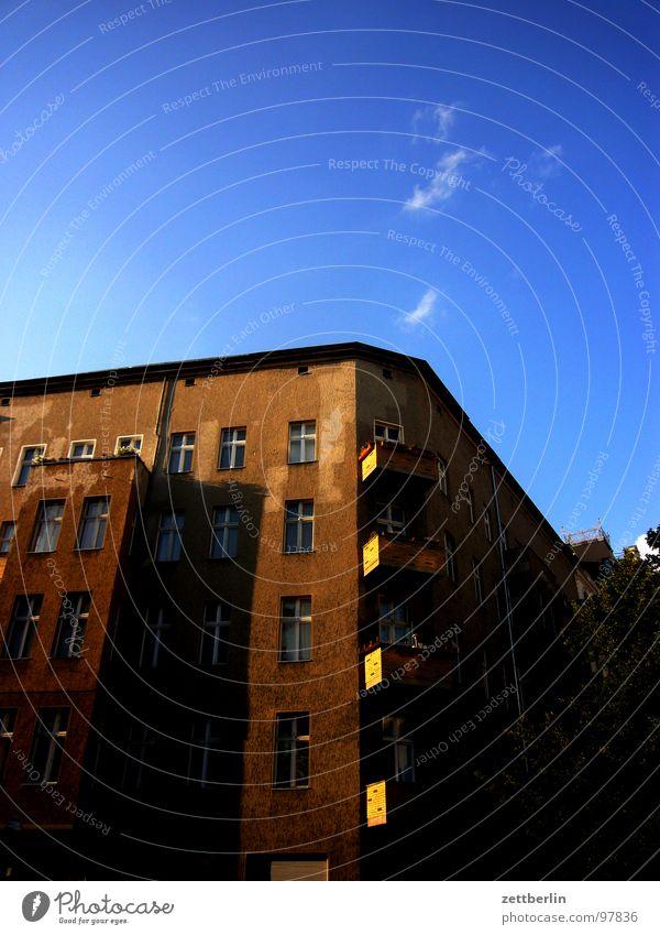 Haus 2 3 4 5 6 7 8 9 Eckgebäude Stadthaus Mieter Vermieter Etage Fenster Hinterhof Froschperspektive Wohnung Besitz Singlewohnung Wolken Balkon Architektur