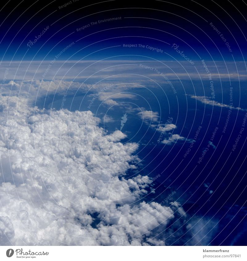 Sie kommen... Himmel weiß blau Ferien & Urlaub & Reisen ruhig Wolken Einsamkeit Ferne Erholung Fenster Freiheit Landschaft Erde Raum Angst Flugzeug