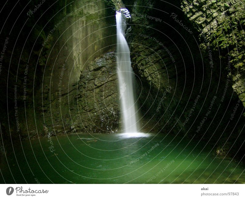Wasserfall Bach dunkel Slowenien kalt frisch grün Gischt Langzeitbelichtung nass schön soca kobarid Isonzo Gebirgsfluß Wildwasser Natur Soča Wildbach