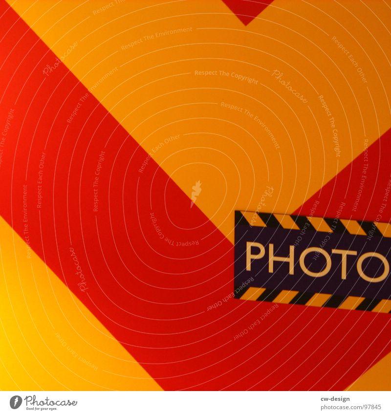 was dahinter steht... rot schwarz gelb Wand Stil Linie Kunst Fotografie Schilder & Markierungen Design modern Schriftzeichen Hinweisschild Ecke Buchstaben retro
