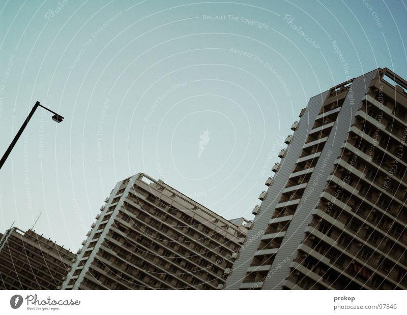 Massentierhaltung fortgesetzt Lampe Berlin Angst Hochhaus modern Häusliches Leben Laterne Balkon Reihe eng Geometrie Panik Plattenbau gleich Platzangst Zeile