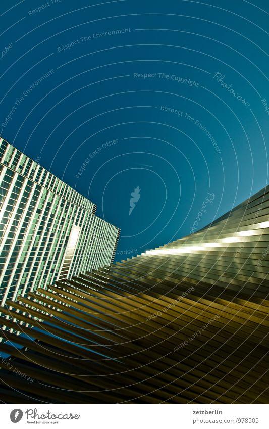 Finanzdeko Bankgebäude Geldinstitut Business Fassade Frankfurt am Main Glasfassade Stadt Haus Hochhaus Perspektive Skyline steil Stadtleben Metall Metallwaren