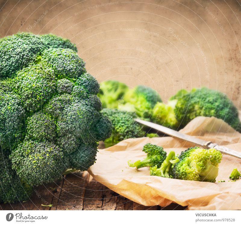 Brokkoli auf dem Tisch mit Messer Lebensmittel Gemüse Ernährung Bioprodukte Vegetarische Ernährung Diät Stil Design Gesunde Ernährung Freizeit & Hobby Garten