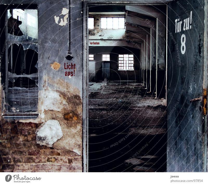 Licht aus! Rauchen verboten! Tür zu! alt weiß schwarz Fenster Wand Architektur grau Mauer braun Wandel & Veränderung Industrie Vergänglichkeit Fabrik Bauwerk
