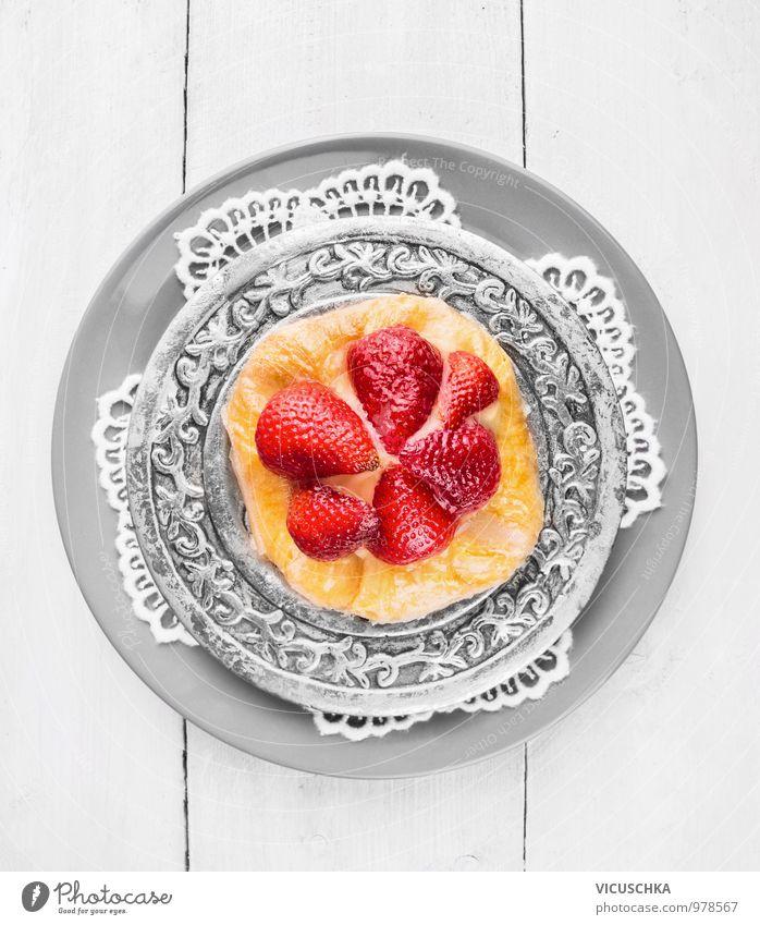 Erdbeerkuchen auf Silber Platte und Spitzen Serviette Stil Lebensmittel Frucht Design Ernährung Kochen & Garen & Backen Küche Kuchen Teller Spitze Silber Dessert Vegetarische Ernährung Erdbeeren einrichten Ornament