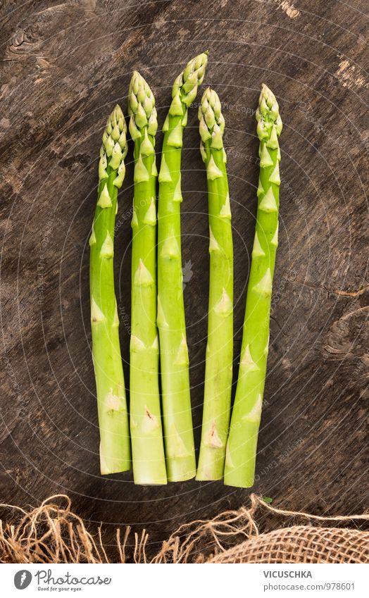 Grüner Spargel auf altem Holztisch Lebensmittel Gemüse Ernährung Mittagessen Bioprodukte Vegetarische Ernährung Diät Stil Design Gesunde Ernährung Küche grün