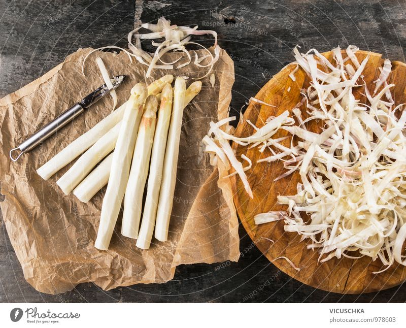 Spargel schälen Lebensmittel Gemüse Ernährung Bioprodukte Vegetarische Ernährung Diät Messer Stil Design Spargelzeit Spargelbund häuten Schneidebrett